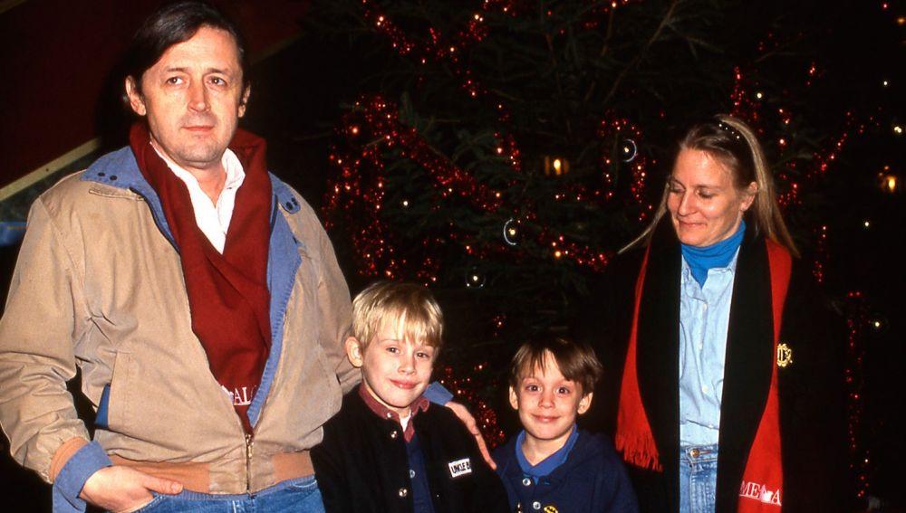 Macaulay Culkin junto a sus padres y su hermano Kieran