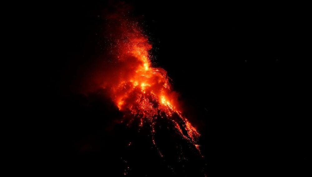 El volcán Mayon, en Filipinas, en erupción