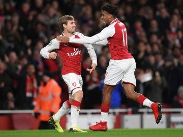 Monreal celebra su gol con el Arsenal en el Emirates