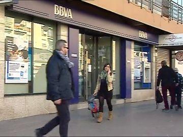 Un individuo, muy bien vestido, se hace pasar por empleado de un banco y roba a una clienta