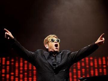 Elton John, en un momento de su actuación.