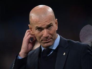 Zidane, en la banda durante un partido del Madrid