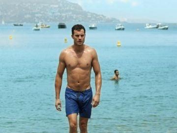Jamie Dornan sale del agua en 'Cincuenta sombras liberadas'