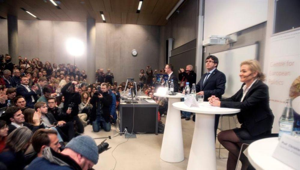 El expresidente de la Generalitat de Cataluña, Carles Puigdemont, durante su discurso en inglés hoy en la Universidad de Copenhague
