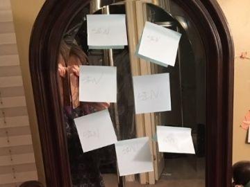 Una niña le deja notas aterradoras a su hermana después de escucharla teniendo relaciones sexuales