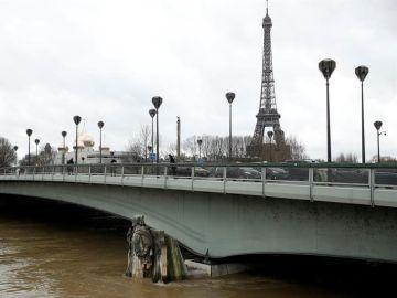 El río Sena continúa subiendo