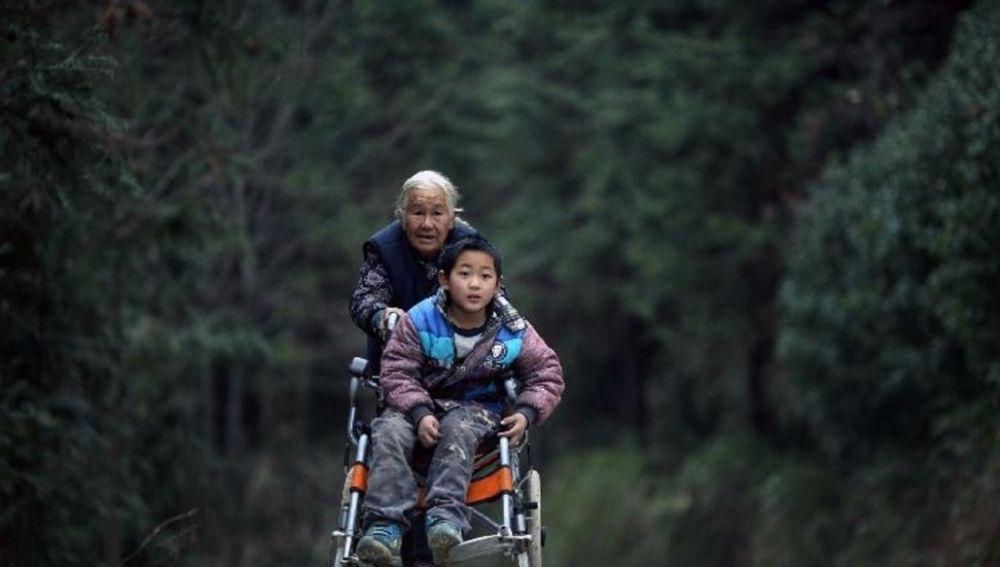 Shi Yuying y su nieto Haowen, atravesando la montaña para llegar al colegio