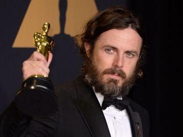 Casey Affleck con su Oscar a Mejor Actor