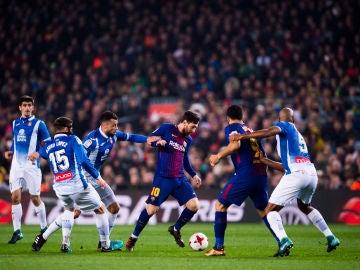 Messi conduce el balón en el partido del Barça ante el Espanyol