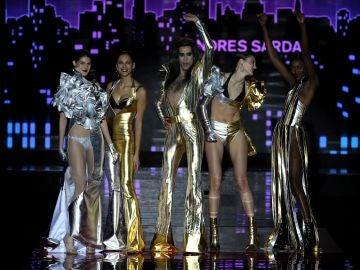 Cinco modelos, entre ellos Mario Vaquerizo, en el desfile de Andrés Sardá