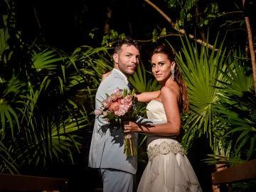 Raúl y Noelia posan al anochecer de México como recién casados