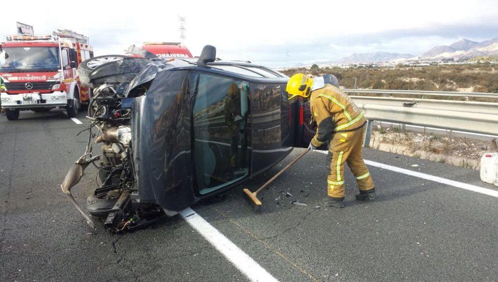 Un bombero en las labores de atención del accidente en la A-7 en Elche