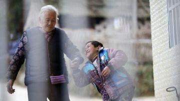 Shi Yuying y su nieto Haowen al llegar a la escuela