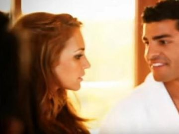 Paula Echevarría y Miguel Torres en el videoclip de 'A contracorriente'