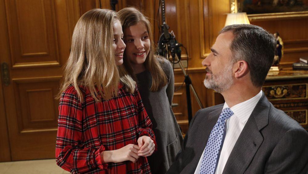 El Rey Felipe junto a las infantas durante el discurso de Navidad