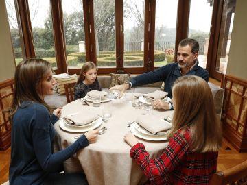El Rey Felipe come con la familia