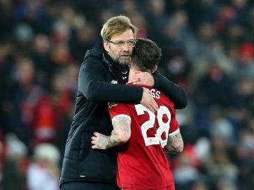 Klopp consuela a uno de sus jugadores tras la eliminación del Liverpool
