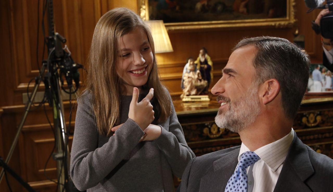 El Rey Felipe junto a la infanta durante el discurso navideño