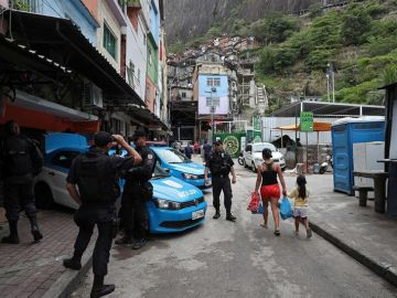 La Policía Militar patrullando en una calle en Río de Janeiro