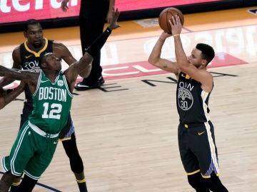 Curry lideró a los Warriors en la victoria ante Celtics