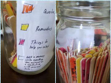 Los palitos de helado con notas apuntadas
