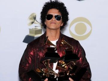 Bruno Mars tras ganar el premio Grammy