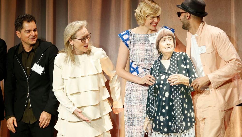Meryl Streep lo flipa con la Agnès Varda de cartón