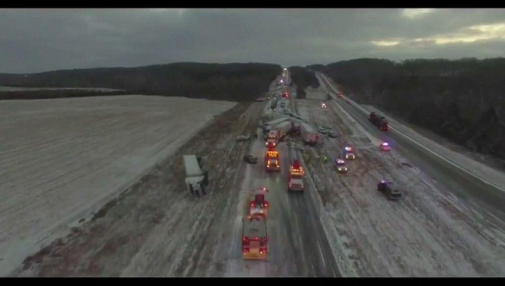 Una accidente múltiple colapsa una autopista en Estados Unidos