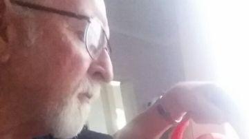 Nigel regando las plantas de su esposa