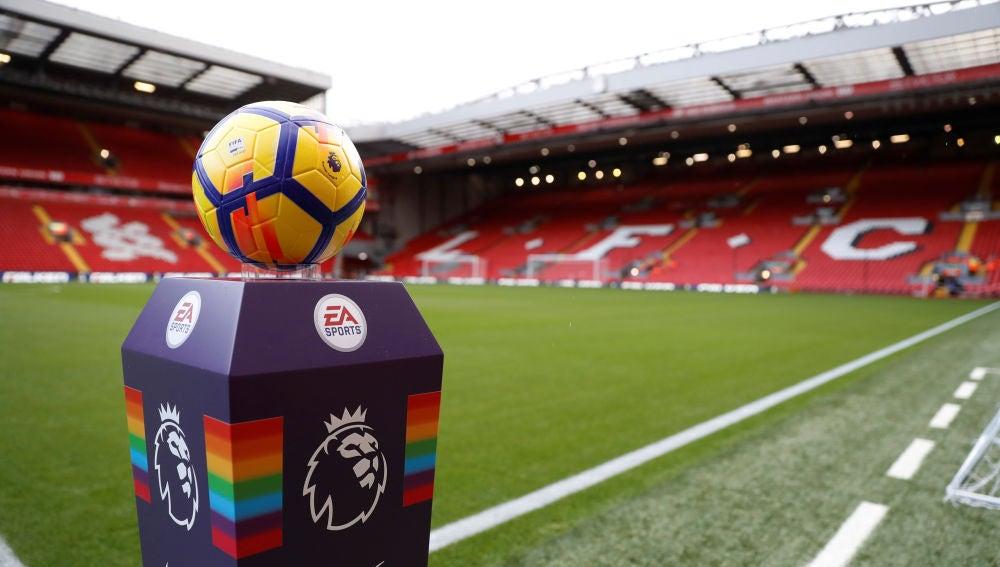 El balón de la Premier League, en Anfield antes de un partido