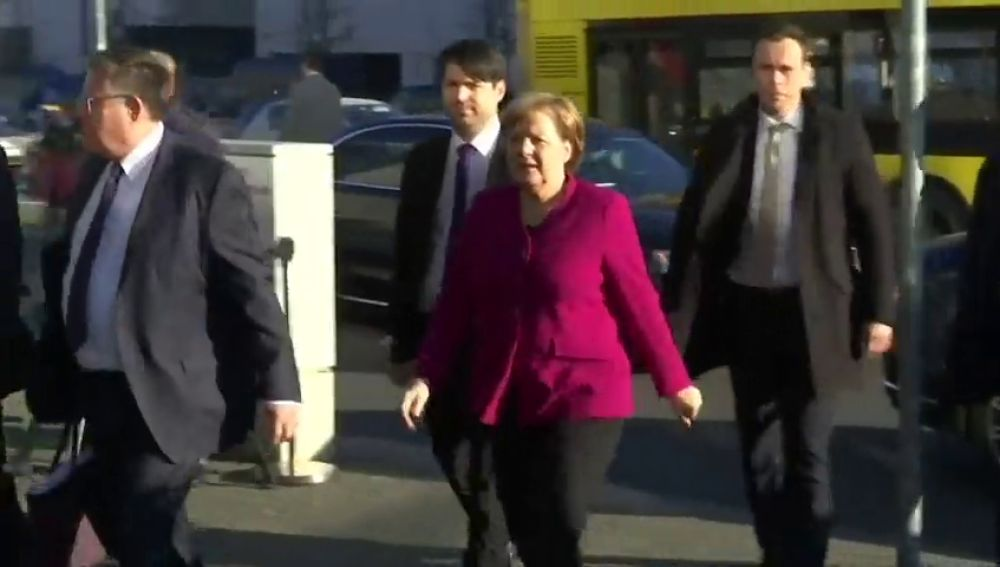 """Merkel, dispuesta a """"compromisos dolorosos"""" para cerrar hoy gran coalición"""