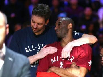 Pau Gasol y Kobe Bryant dialogan durante un All Star