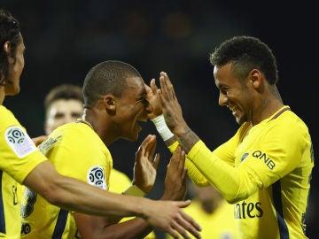 Neymar celebra un gol con Cavani y Mbappé