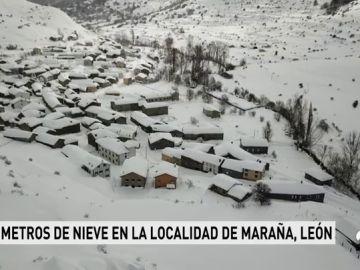 Más de 300 carreteras afectadas por el hielo y la nieve, entre ellas la A-6 que permanece cortada