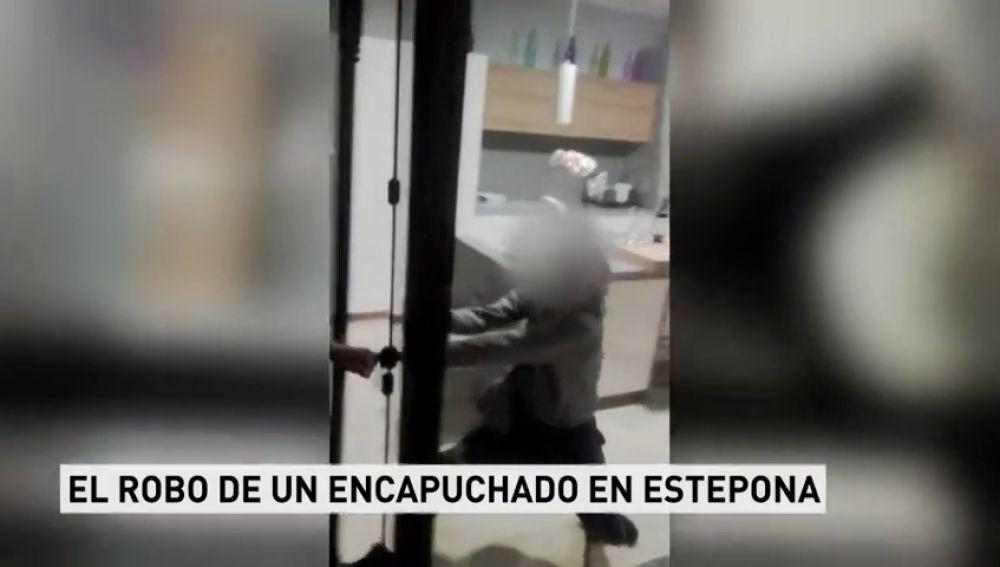 Tres ciudadanos se enfrentan a un ladrón y le retienen evitando un robo en Estepona