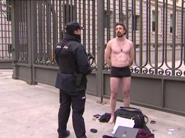 """Un hombre se desnuda ante el Congreso para pedir que """"se valore la práctica profesional de la investigación"""""""