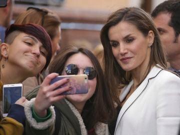 La reina Letizia se hace un selfie con dos jóvenes