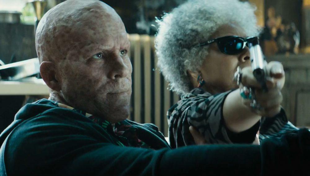 Ryan Reynolds con Blind Al en 'Deadpool 2'