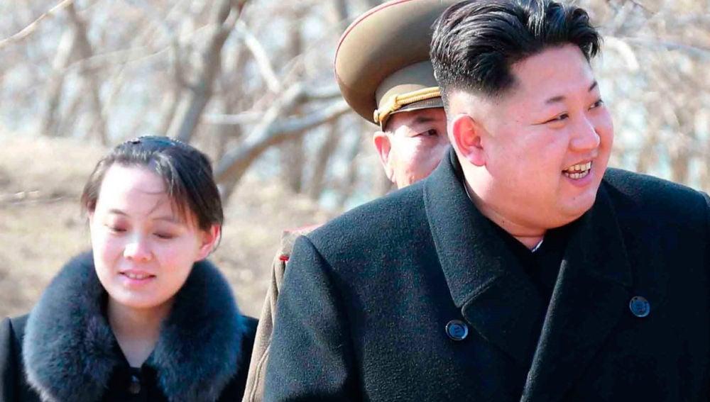 Kim Jong-un con su hermana pequeña Kim Yo-jong