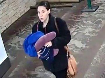 """Una mujer da a luz en el baño de un aeropuerto y abandona al bebé junto a una nota: """"Sólo quiero lo mejor para él y no soy yo2"""