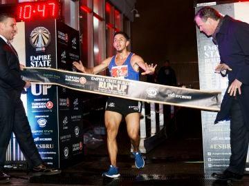 Frank Nicolas Carreñode Colombia cruza la meta en 1er lugar en la división masculina del 41º evento anual Empire State Building Run-Up