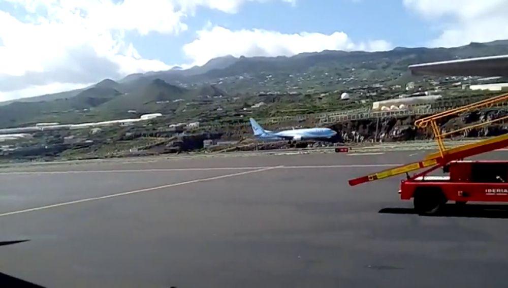 Aterrizaje frustrado de un avión en La Palma debido al viento