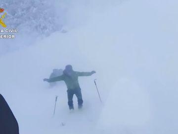 La Guardia Civil rescata a una persona atrapada por la nieve en una cabaña del Puerto de Agüería en Asturias