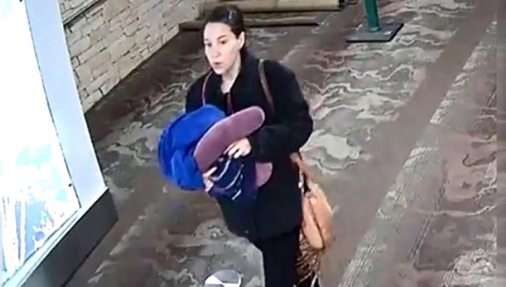 """Una mujer da a luz en el baño de un aeropuerto y abandona al bebé junto a una nota: """"Sólo quiero lo mejor para él y no soy yo"""""""
