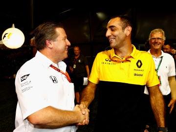 Zak Brown y Cyril Abiteboul se saludan durante el Gran Premio de Singapur