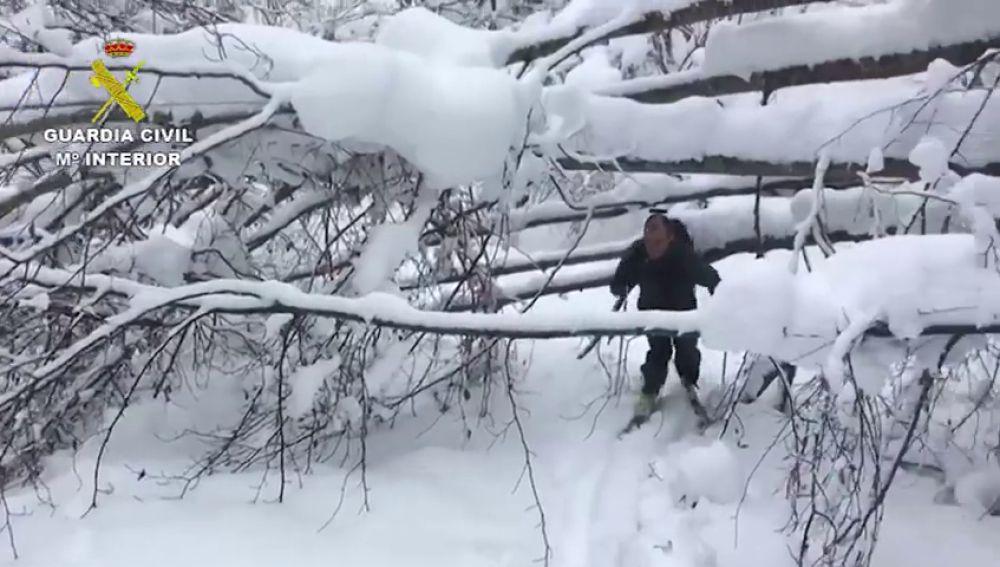Caminan cuatro horas para llevar medicinas a una mujer en un pueblo aislado por la nieve