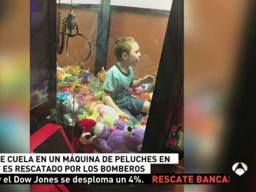 Un niño se queda atrapado en una máquina de peluches