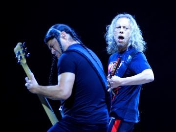 Robert Trujillo y Kirk Hammett de Metallica durante su concierto en Madrid