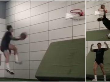 Ramos demuestra su habilidad para el baloncesto