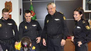 Niña agradeciendo el labor policial